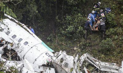 Roncsok közül mentettek ki túlélőket (Fotó: AFP)