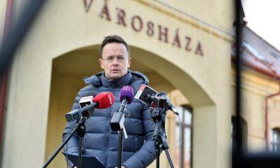 Dunakeszi, 2016. december 4. Szijjártó Péter külgazdasági és külügyminiszter sajtótájékoztatót tart Dunakeszin, a városháza elõtt 2016. december 4-én. A Külügyminisztérium fokozott óvatosságot kér a külföldre látogató magyaroktól. MTI Fotó: KKM