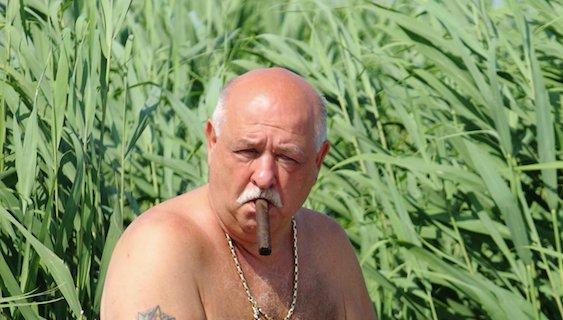 """A Bors szerint """"Csötönyinek a szivar a stresszoldó"""" - állítólag a siker is alkalmas erre / Fotó: Borsonline.hu"""