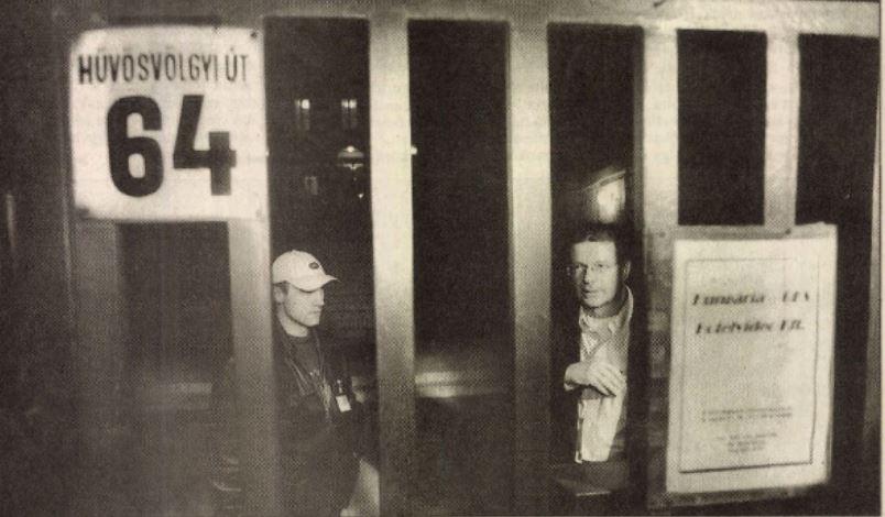 Rács mögött - bezárták a TV3-at, jobbra Hardy Mihály / Forrás: Arcanum.hu