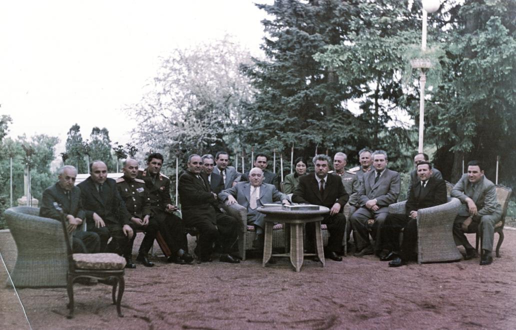 Pártelit. Balról a második Hegedűs András, a hatodik Gerő Ernő, mellette/mögötte Apró Antal, középen Rákosi Mátyás, mögötte Hidas István, a hölgy Rákosi Mátyás felesége, előtte Vlko Cservenkov, a Bolgár Kommunista Párt főtitkára, miniszterelnök. / Fotó: Fortepan.hu
