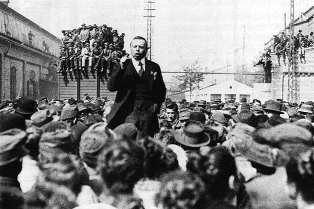 Kun Béla 1919-ben beszédet tart / Fotó: MTI