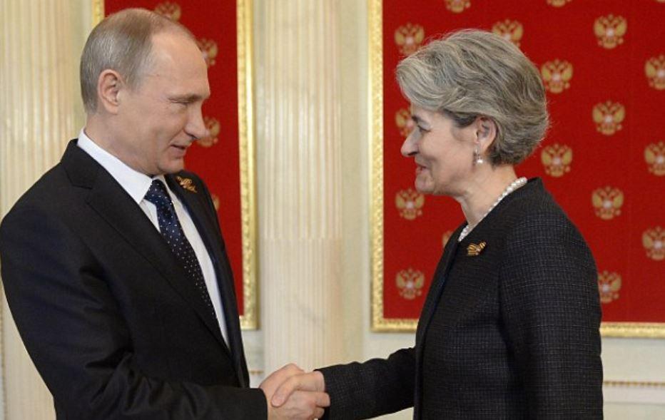 Putyin és Bokova / Fotó: Dailymail.co.uk