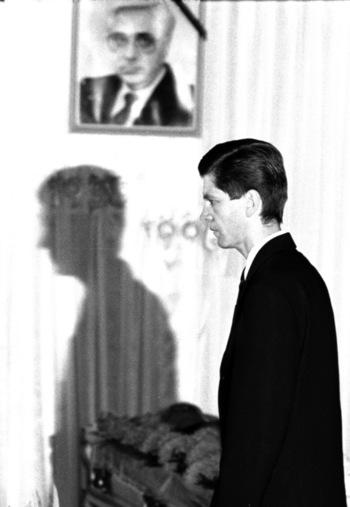 Videnov, a háttérben Lukanov képe / Fotó: Nervousshark.wordpress.com