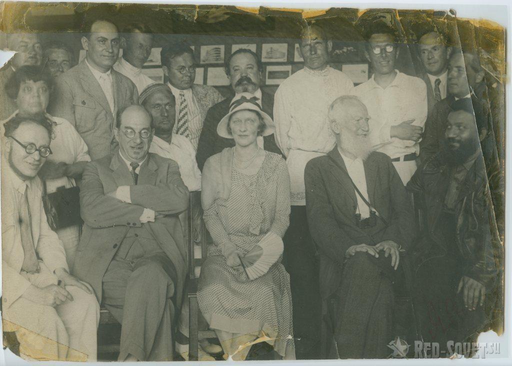 Illusztris társaság, balra Illés Béla, jobbra lent Shaw