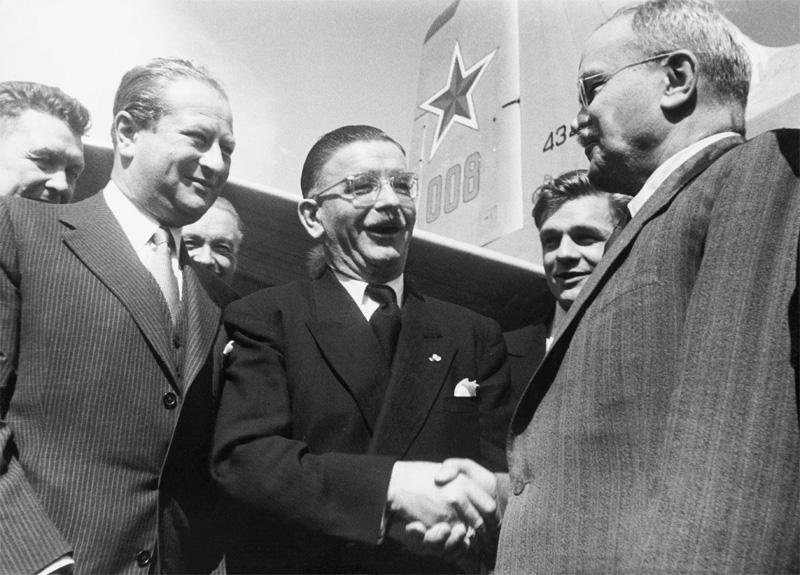 Bruno Kreisky és Leopold Figl üdvözlik a szovjet Vjacseszlav Molotovot /Fotó: Kreisky100.at