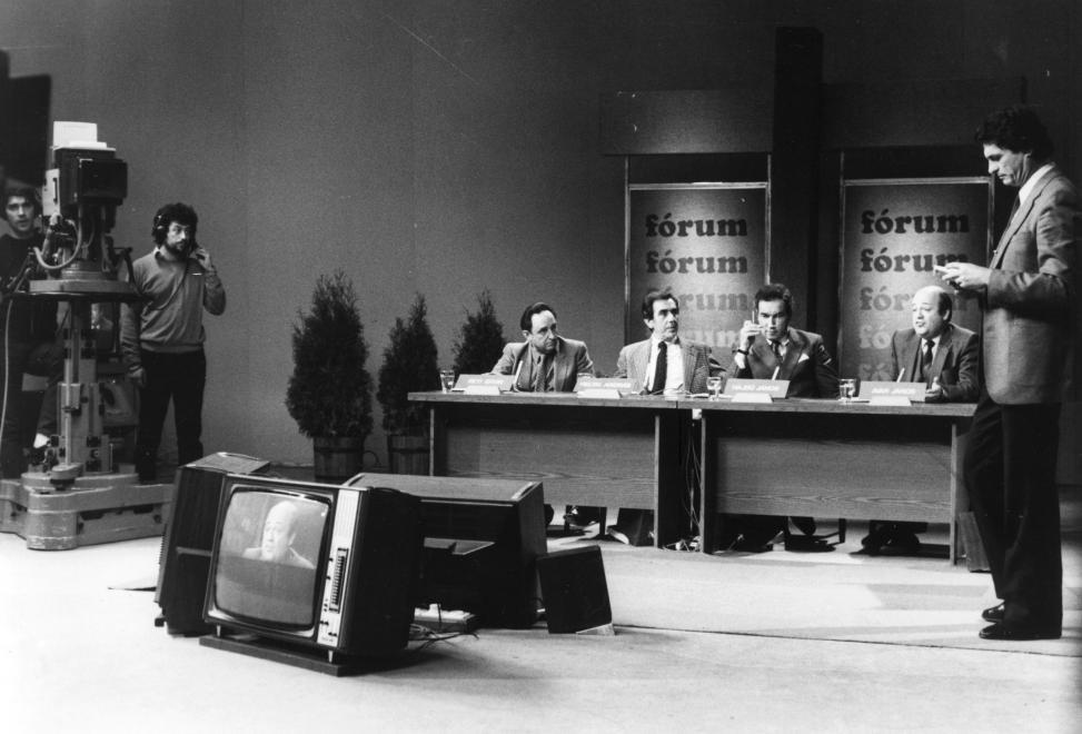 Az MTV Fórum c. politikai műsora, jobbra a műsorvezető, Chrudinák Alajos, az asztalnál balról jobbra Réti Ervin, Heltai András, Hajdú János, Avar János újságírók. Réti, Hajdú és Heltai szerepel a listán / Fotó: Fortepan.hu