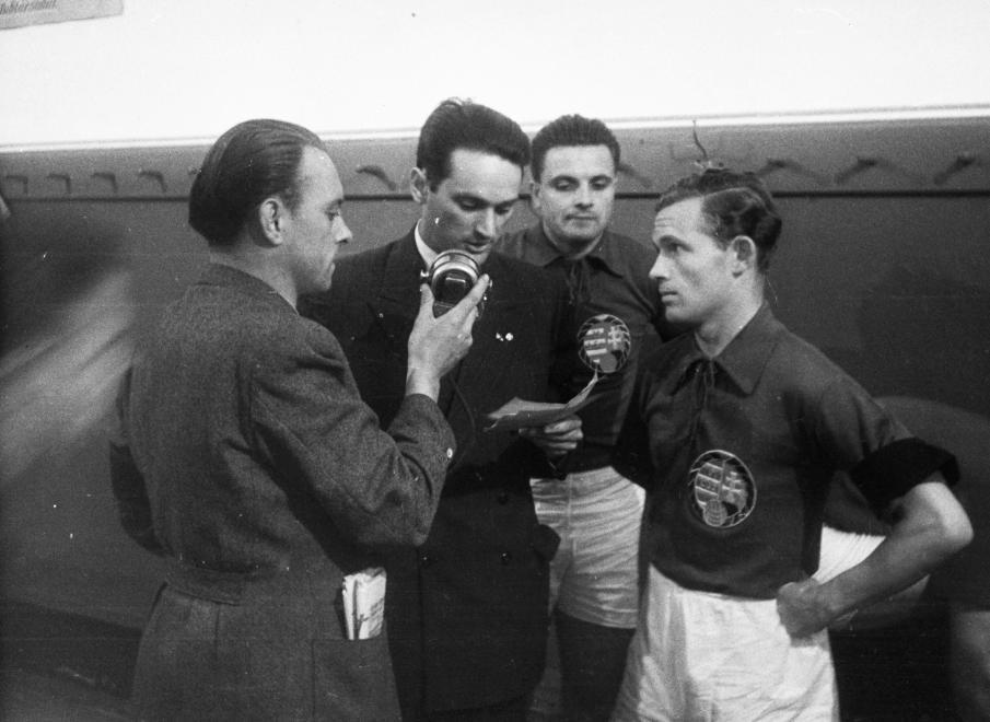 Szepesi György sportriporter, Deák Ferenc és Lakat Károly a rádió mikrofonja előtt, 1949 / Fotó: Fortepan.hu