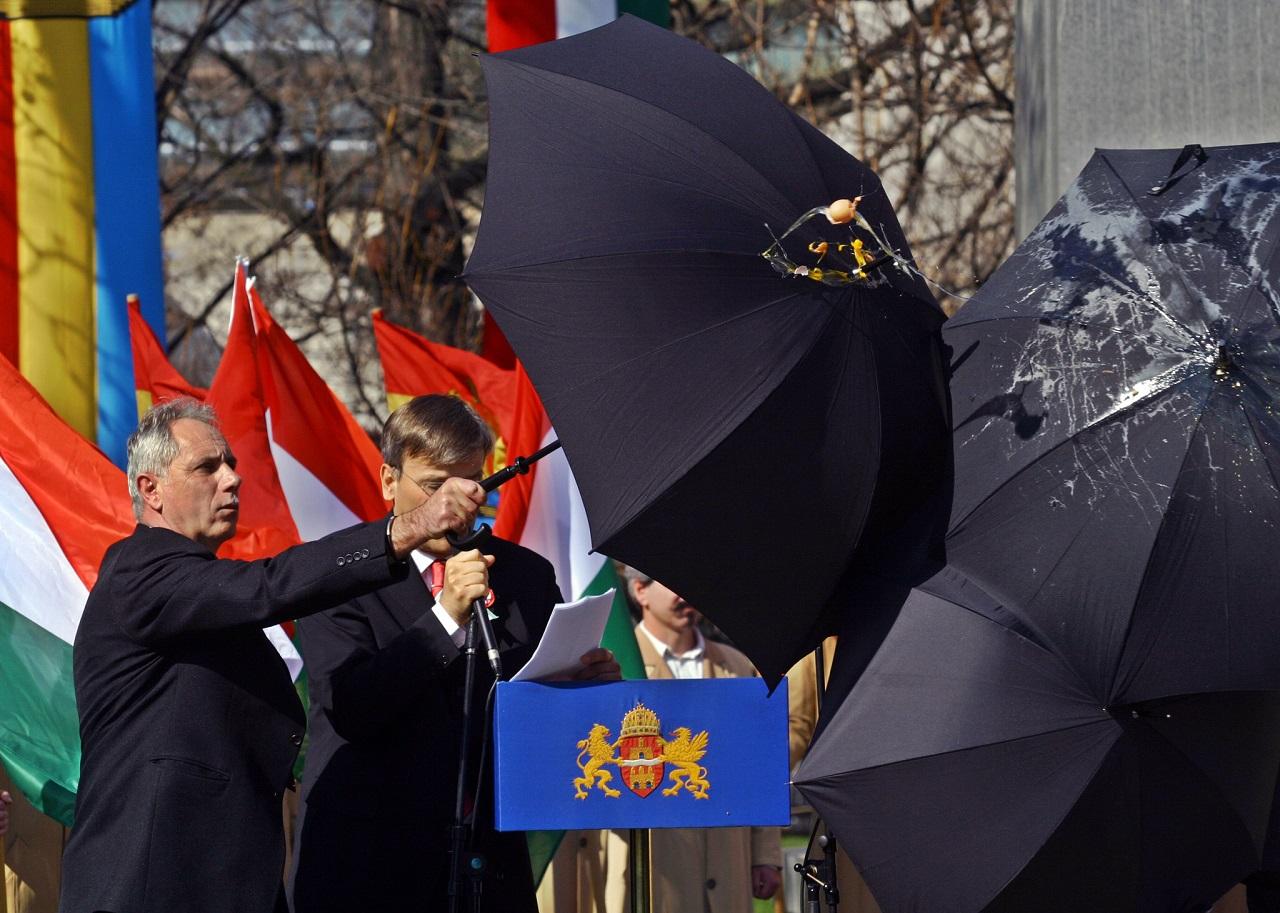 Demszky és a tojás / Fotó: MTI/AFP