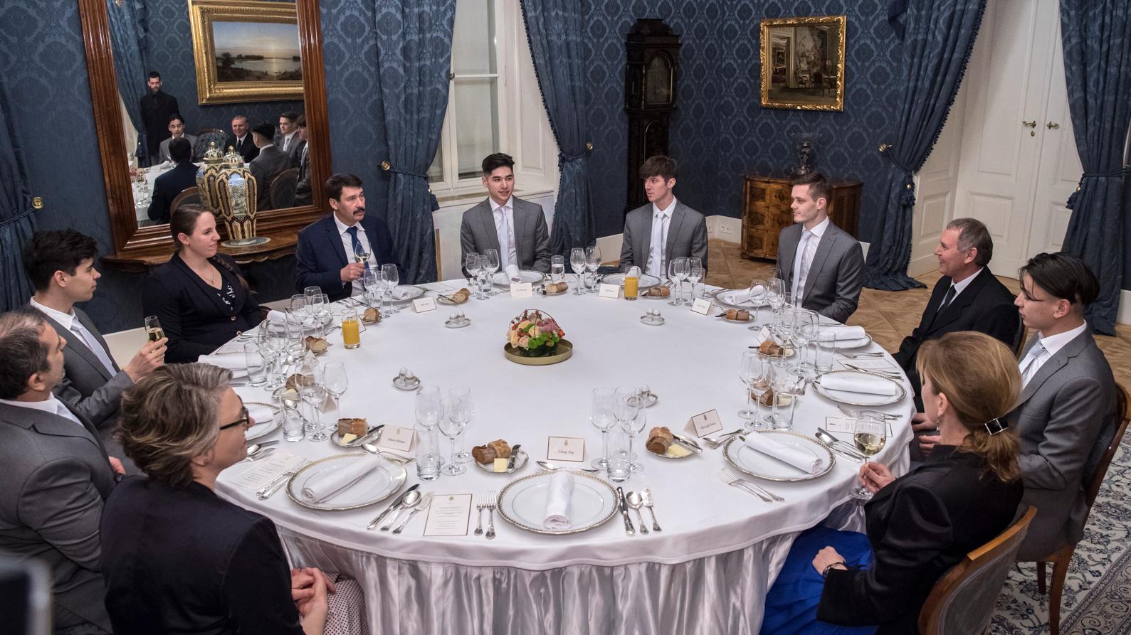 A köztársasági elnök a magyar sport világklasszisaival és edzőikkel / Fotó: MTI