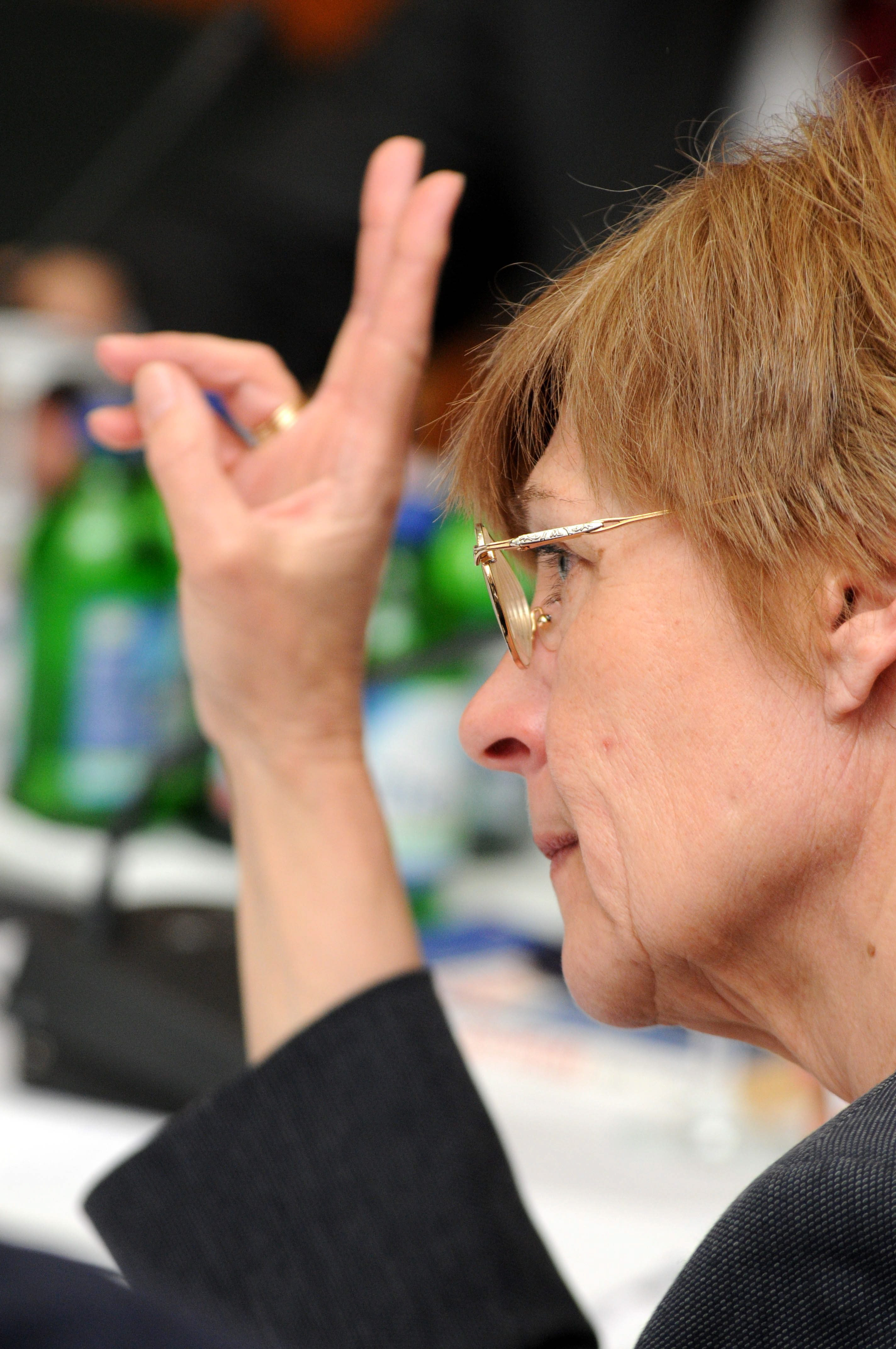 Fazekas Marianna, az Országos Választási Bizottság (OVB) tagja jelentkezik a testület ülésén az Országos Választási Központban a 2010-es országgyûlési választás elsõ fordulóján. MTI Fotó: Honéczy Barnabás