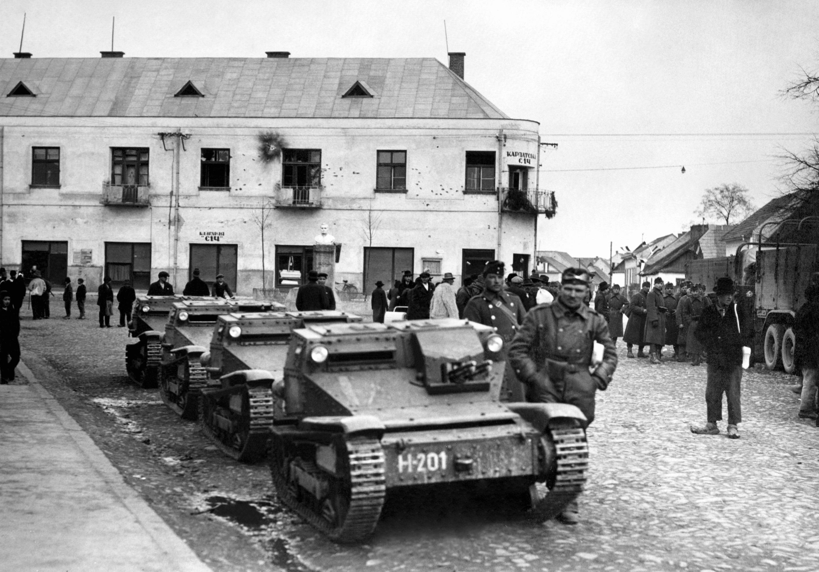 Ansaldo kisharckocsik a Szics-gárdisták székháza elõtt a magyar honvédcsapatok kárpátaljai bevonulásakor. A kép illusztráció / Fotó: MTI