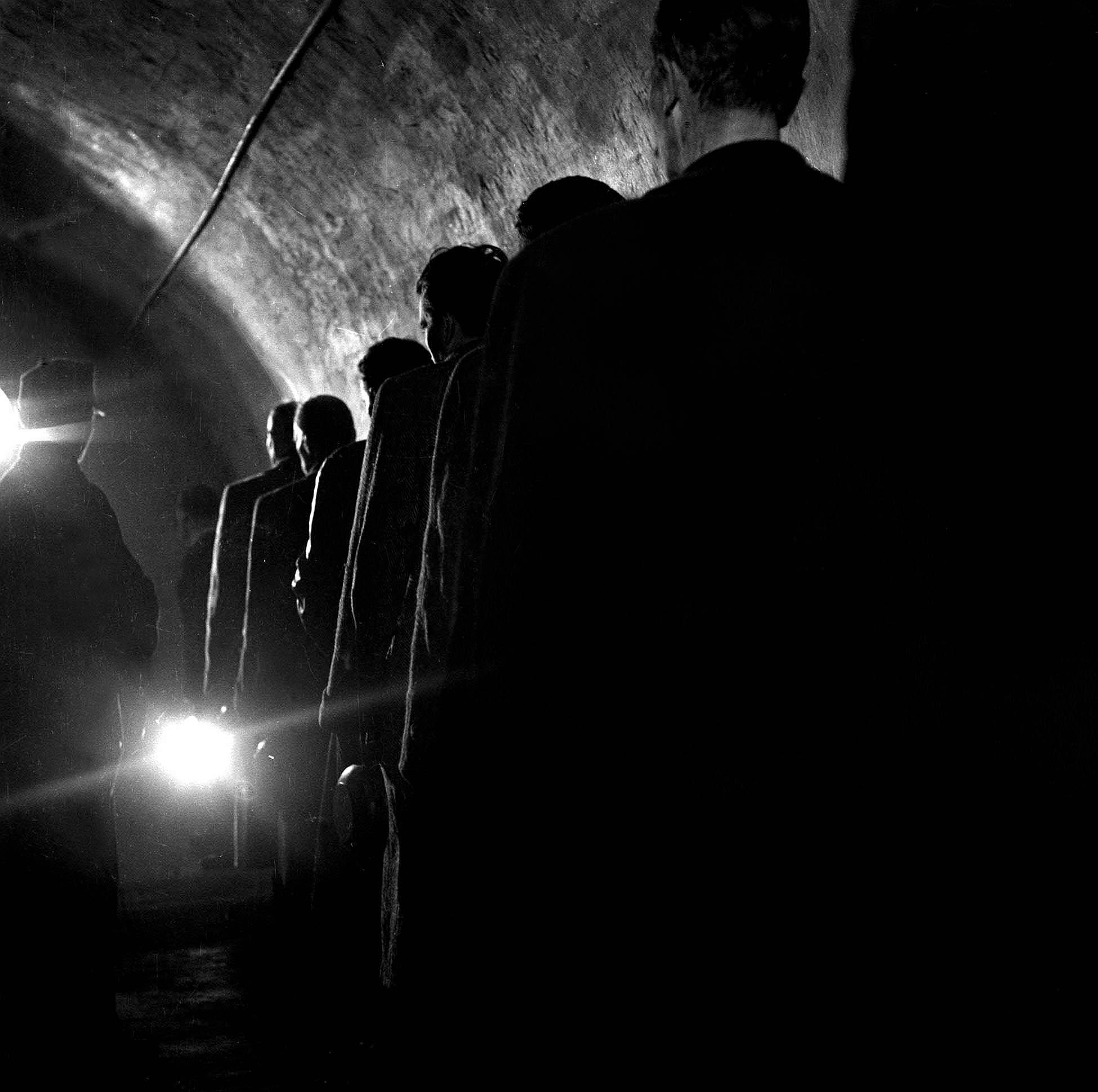A kép illusztáció. Háborús bûnös foglyok sorakoznak az ebédosztáshoz az Andrássy út 60-ban, a Politikai Rendészeti Osztály (PRO, az ÁVO elõdje) épületében / Fotó: MTI