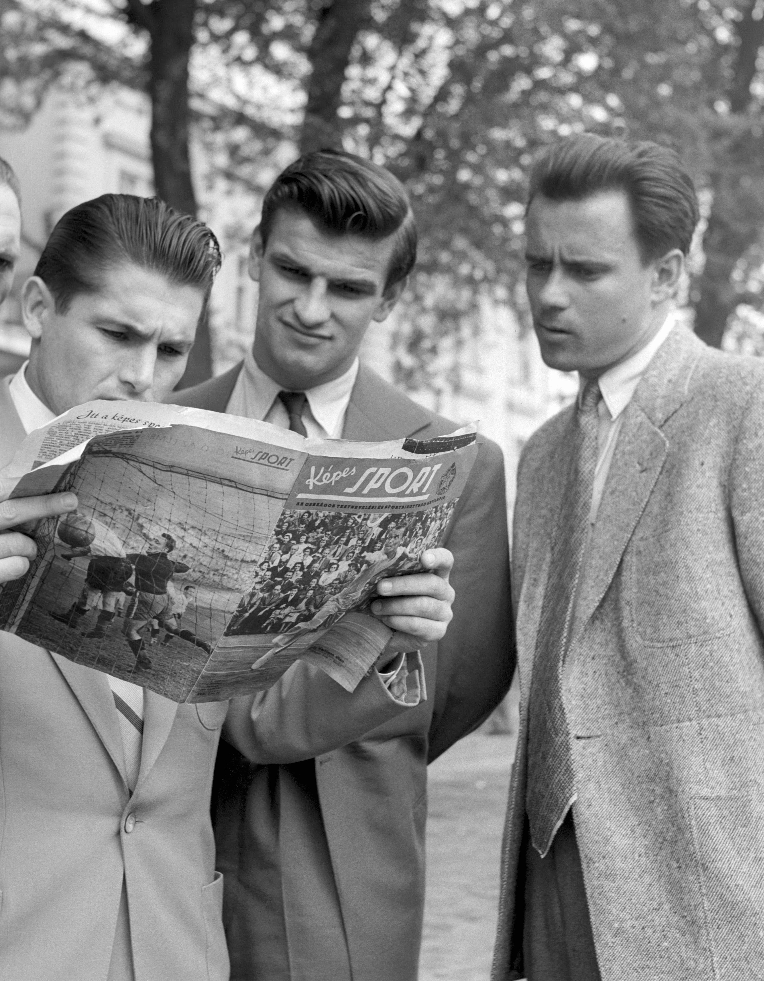Sándor Károly, Kocsis Sándor és Kárpáti Béla a Képes Sport legújabb számát olvassák /Fotó: MTI