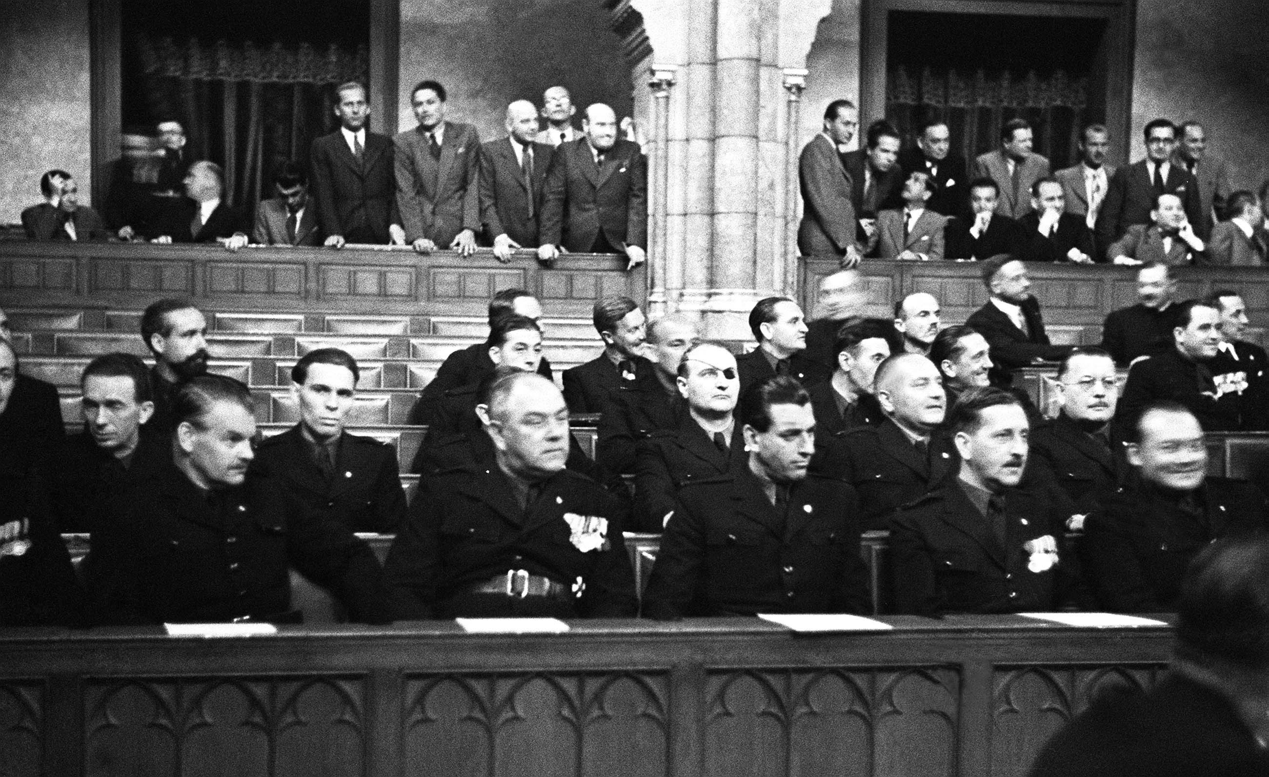 Nyilas képviselők egyenruhás öltözetben, a Parlament padsoraiban. Az első sorban balról az első Vágó Pál, a harmadik Széchenyi Lajos, a 4. Csia Sándor, az 5. Hubay Kálmán. A II. sorban balról a 2. Wirth Károly, mellette a félszemű Gruber Lajos, és Hubay mögött a II. sor jobb szélén Rátz Kálmán ül / MTI Fotó: Bojár Sándor
