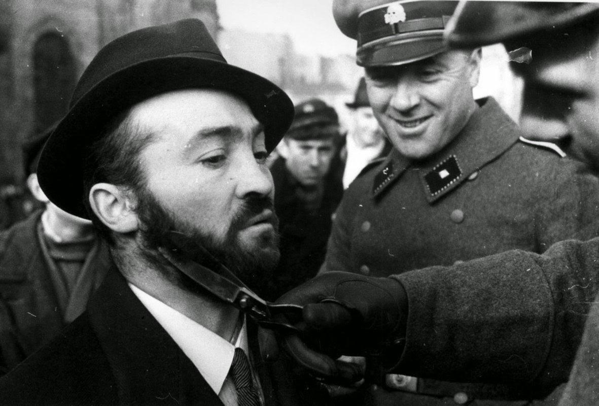 Az SD embere levágja egy lengyel zsidó szakállát / Fotó: Scoopnest.com
