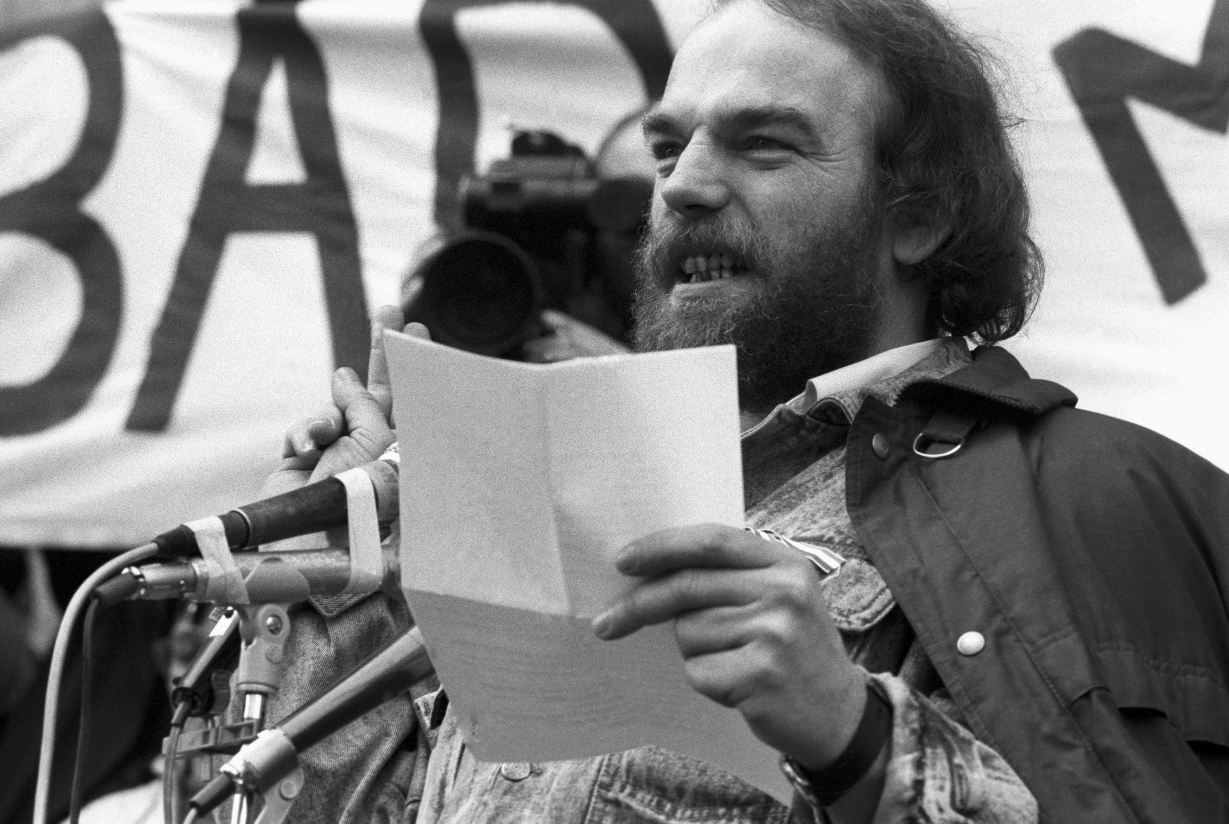 1989. március 15, Csengey Dénes beszédet tart a Magyar Televízió elõtt /Fotó: MTI