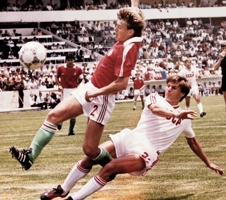 Irapuato, 1986, Sallait becsúszva szereli a szovjet válogatott Rácz, a háttérben Nagy figyeli az akciót a / Fotó: MTI
