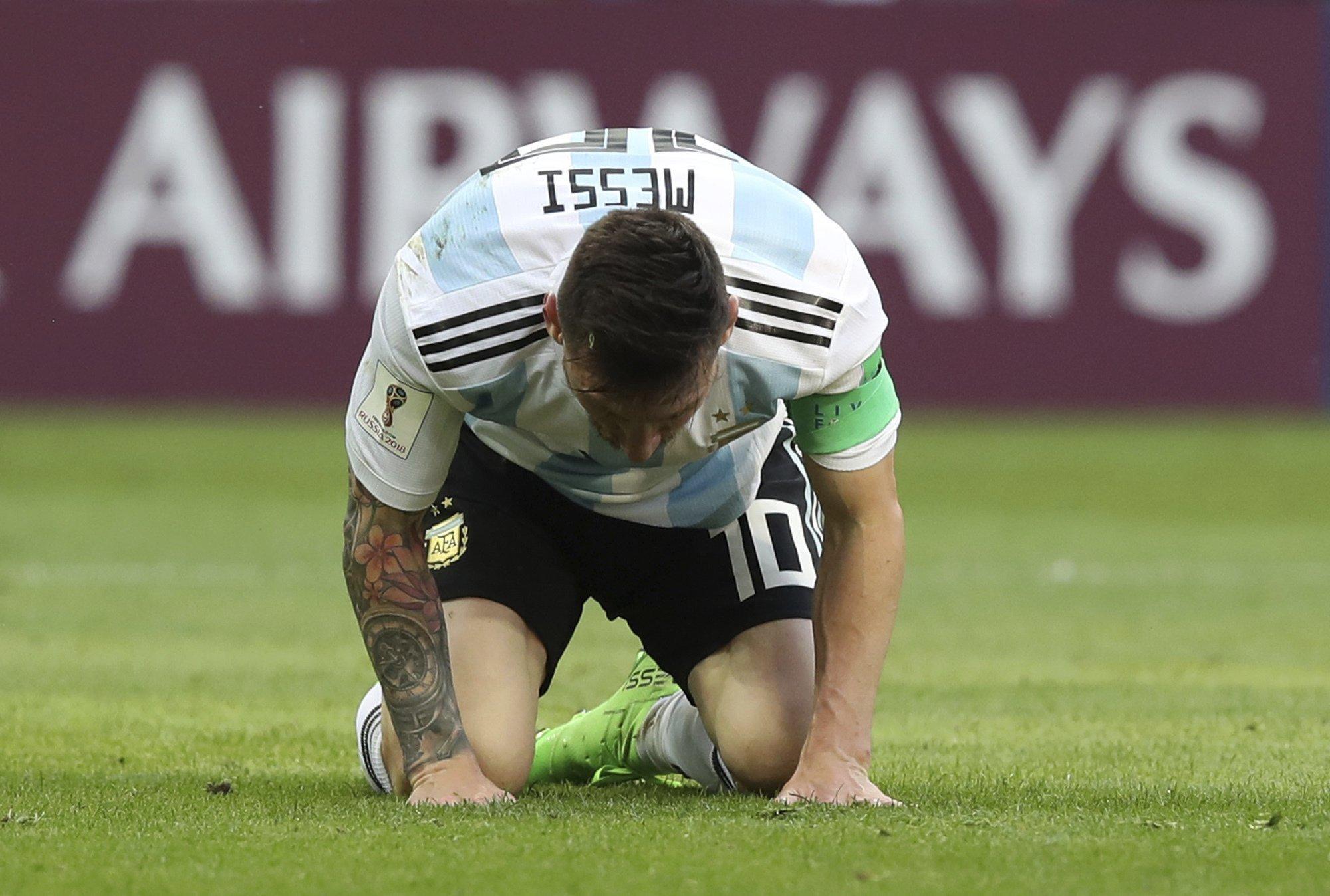 Messi a földön / Fotó: MTI/EPA