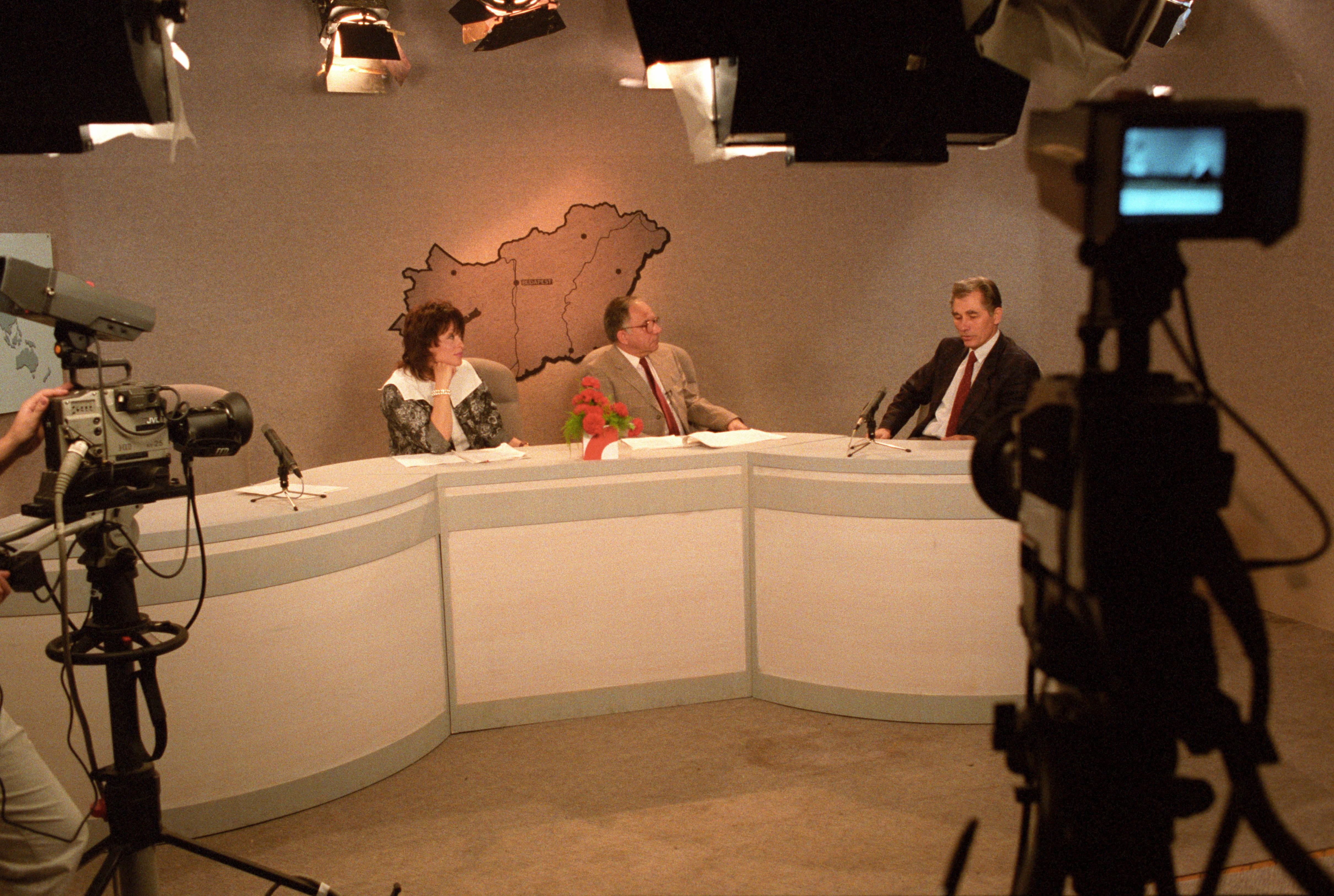 Kanyó a TV-ben szerepel, középen a HM Politikai Osztály volt hadnagya, Vitray Tamás / Fotó: MTI