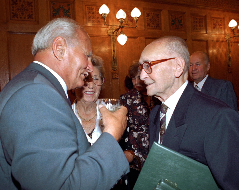 Göncz Árpád Polgár Dénessel, utóbbi 1997-es, parlamenti kitüntetése pillanatában / Fotó: MTI