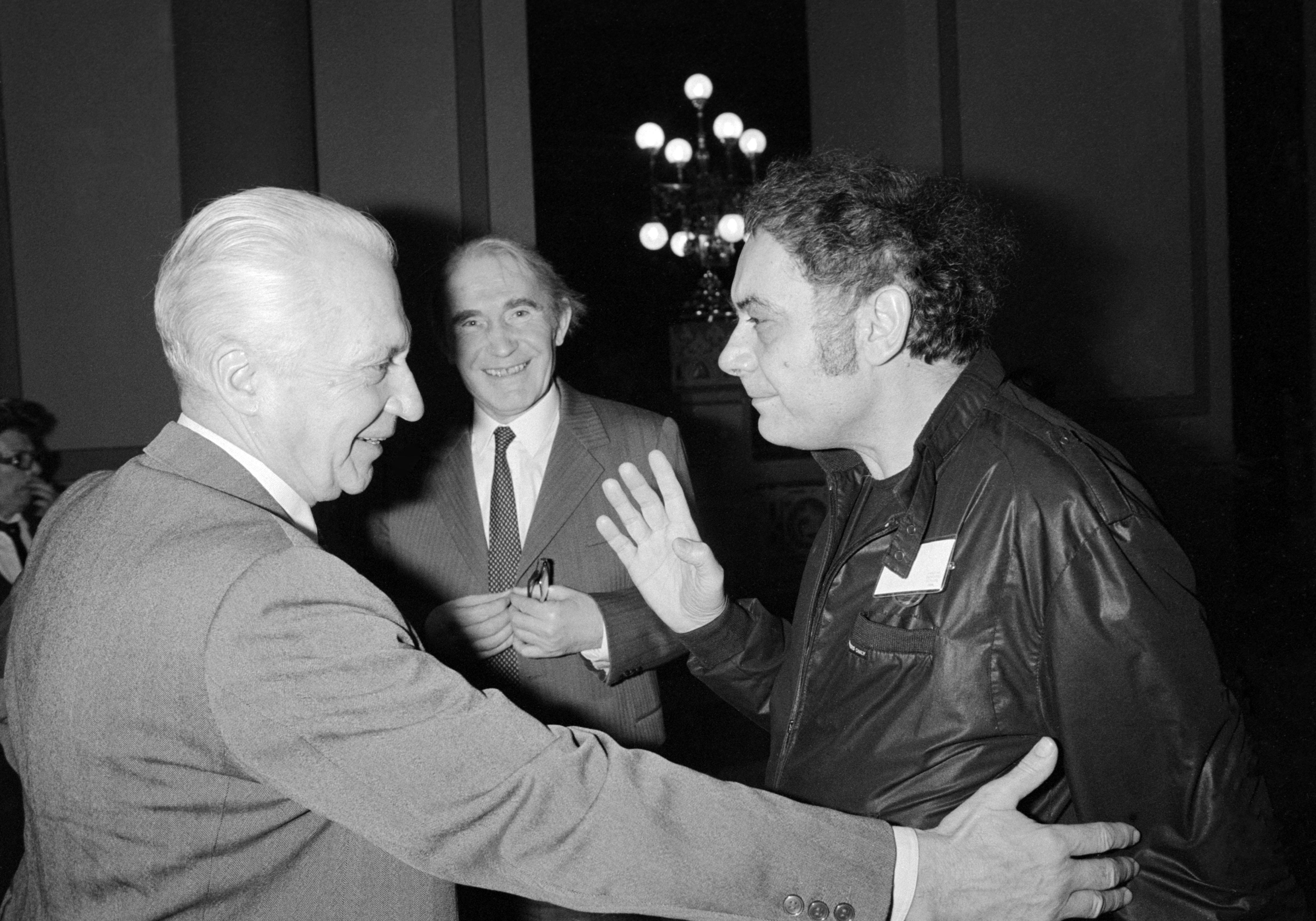 Csoóri Sándor beszélget Király István irodalomtörténésszel az Írószövetség 1986-os közgyűlésén / Fotó: MTI