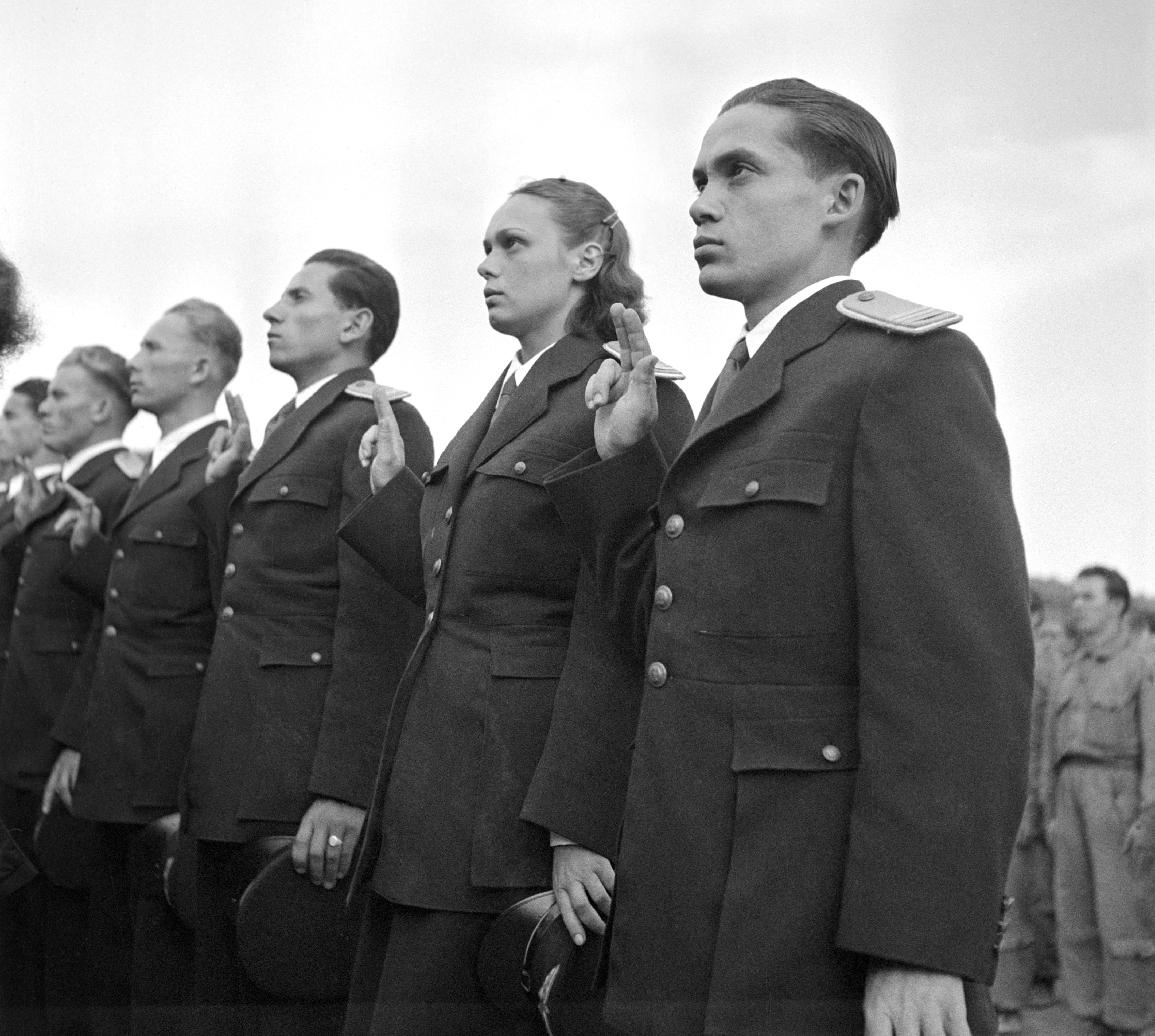 Budakeszi, 1950. július Esküt tesznek a politikai tisztek / Fotó: MTI