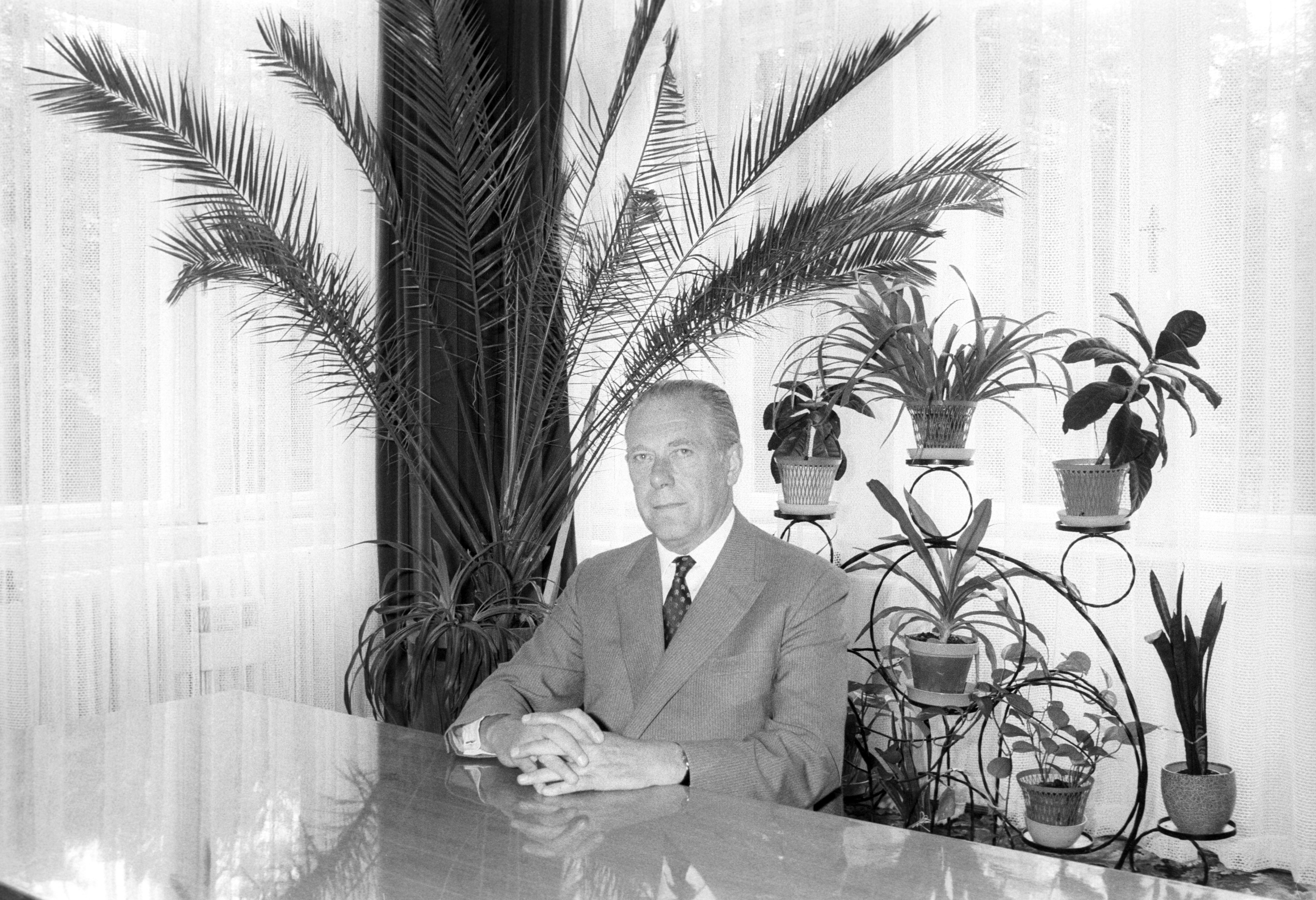 Randé Jenõ, a Magyar Népköztársaság volt bécsi nagykövete, a Magyarok Világszövetségének (MVSZ) új fõtitkára hivatalában / Fotó: MTI