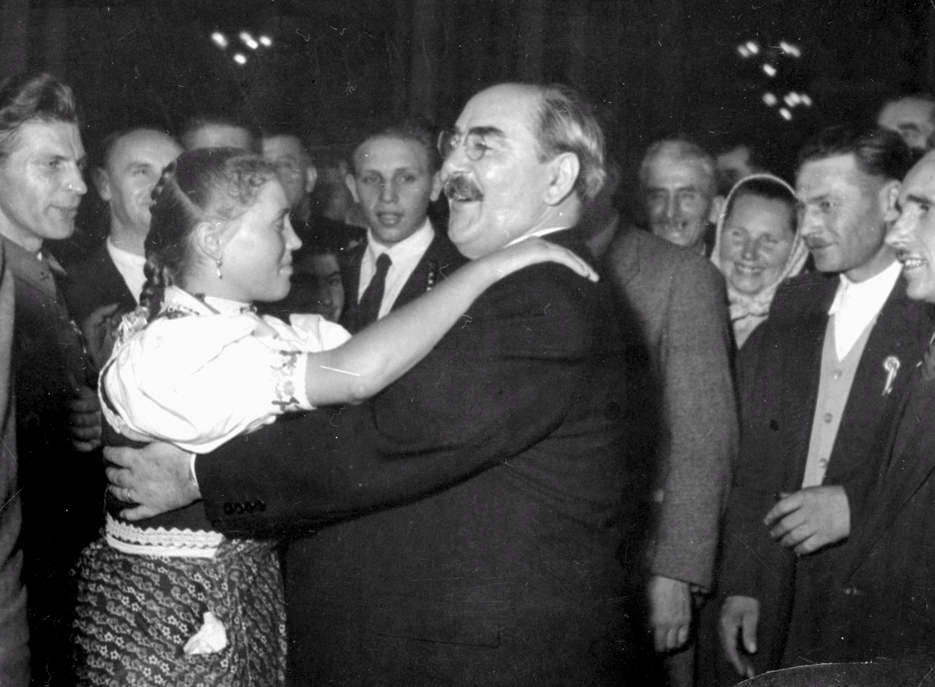 Nagy Imre, a Minisztertanács elnöke egy népviseletbe öltözött fiatal nõvel táncol, 1954 / Fotó: MT