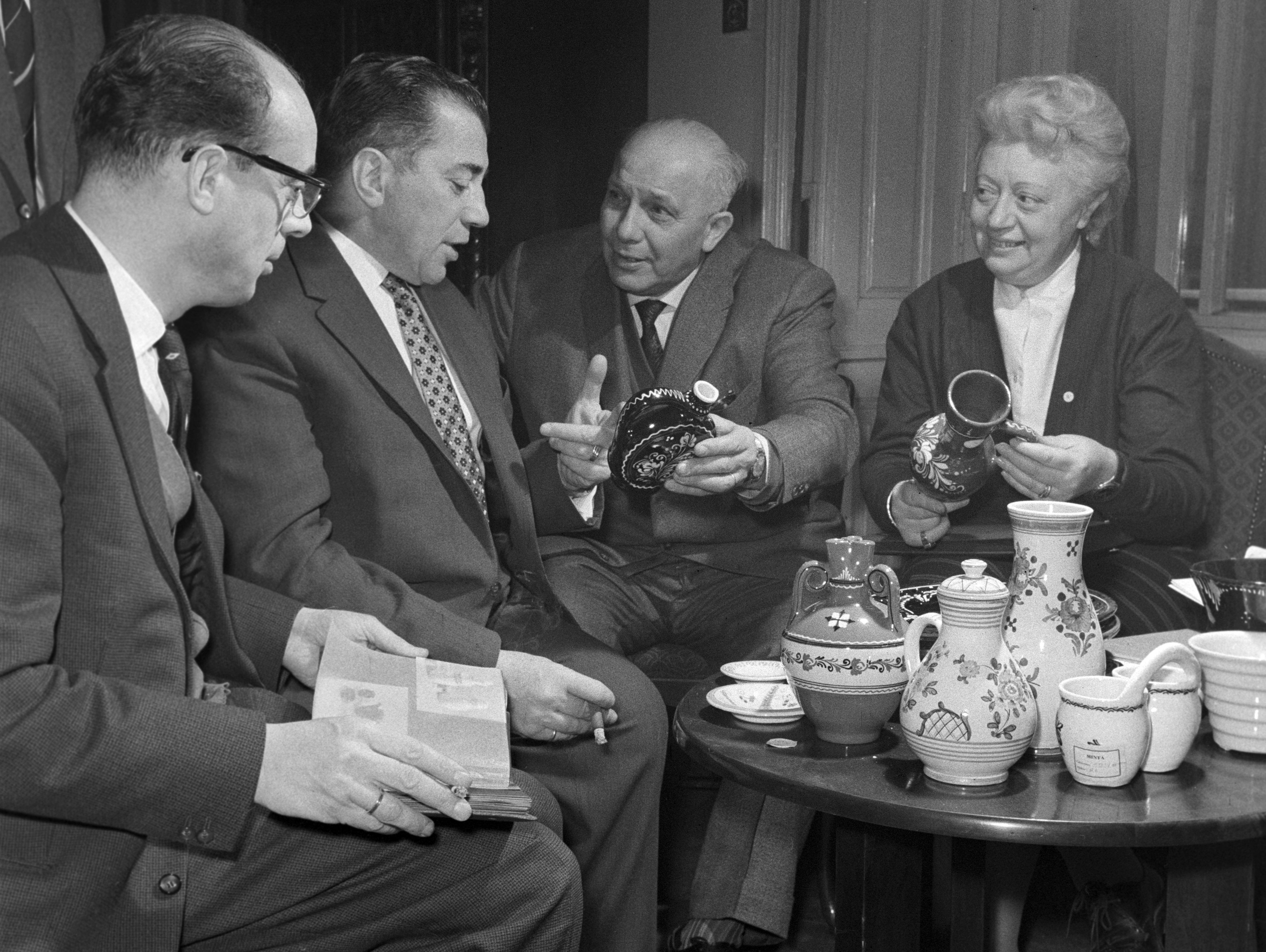 Holland kereskedõk tárgyalnak az ARTEX Külkereskedelmi Vállalattal, 1960 / Fotó: MTI