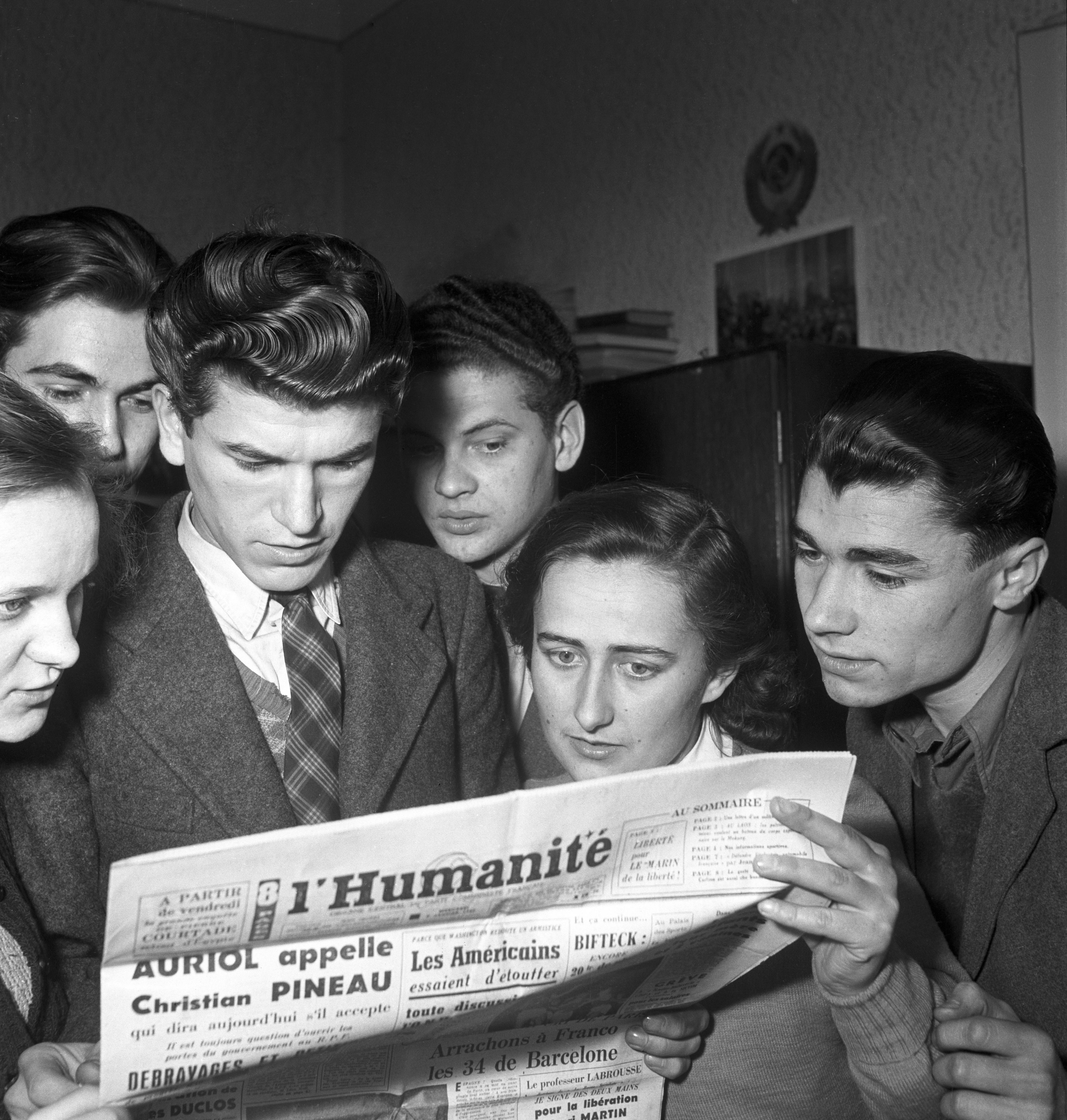 Az Idegen Nyelvek Főiskolája hallgatói tanulmányozzák az ellenséges sajtót / Fotó: MTI