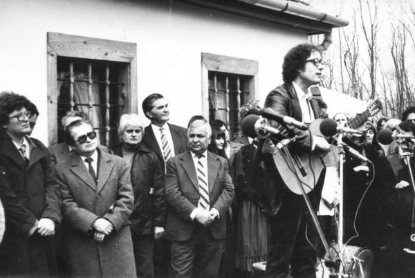A Nagy László-emlékház avatásán Iszkázon (1984). Nagy Gáspár mellett Fodor András, a hátsó sorban Czine Mihály, Sebő Ferenc énekel / Forrás: Nagygaspar.hu