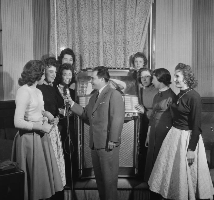 Neufeld Tamás az Anna presszóban (1958) / Fotó: Fortepan.hu