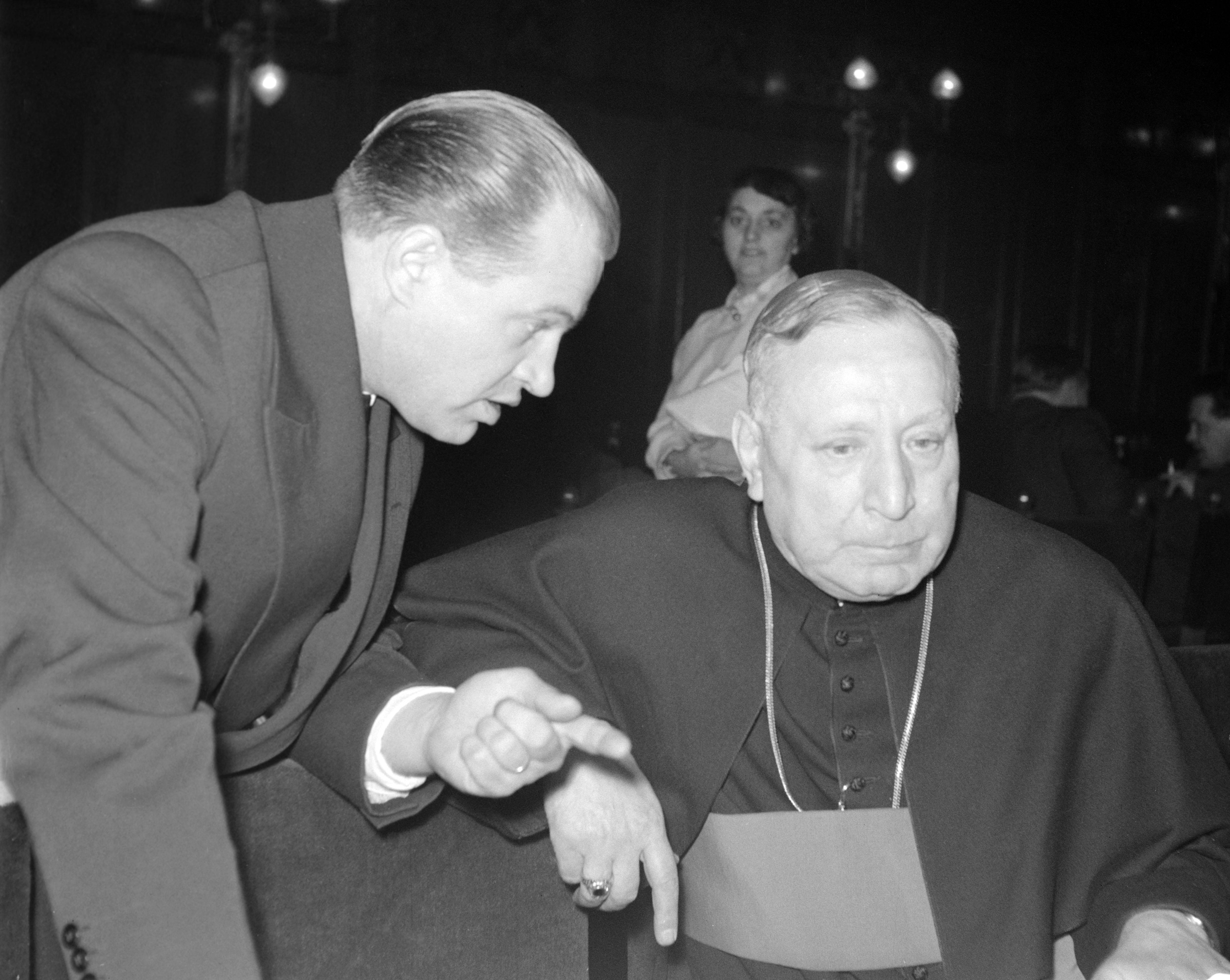 Grősz József kalocsai érsek (j) és Herling Jakab, a Béketanács papi bizottságának titkára az Országos Béketanács ülése szünetében a Parlamentben (1958) / Fotó: MTI