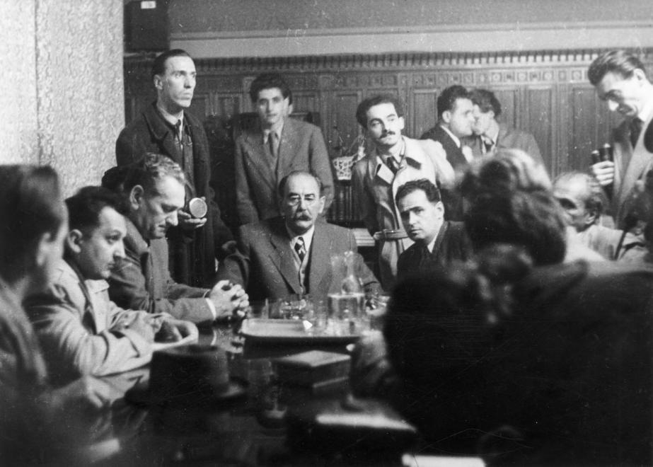Kossuth Lajos tér, parlamenti szoba 1956. október 23-án, szemben ül Nagy Imre miniszterelnök, jobbra könyvekkel a kezében Sinkovits Imre színművész / Fotó: Fortepan.hu