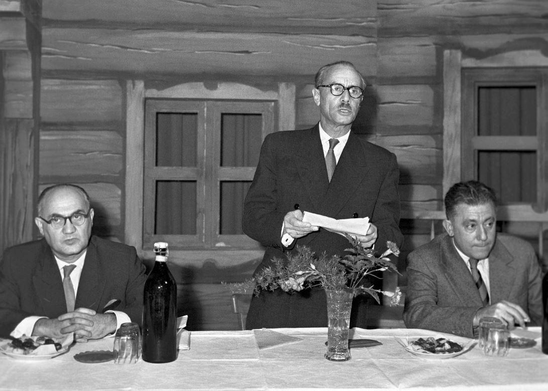 Gács László, a Magyar Rádió és Televízió elnöke beszédet mond 1958-ban / Fotó: MTI
