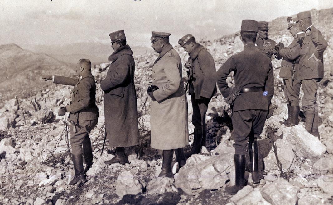 IV. Károly magyar király látogatása az isonzói csaták helyszínén 1918. januárjában. A király előtt Kratochvil Károly altábornagy / Fotó: Fortepan.hu