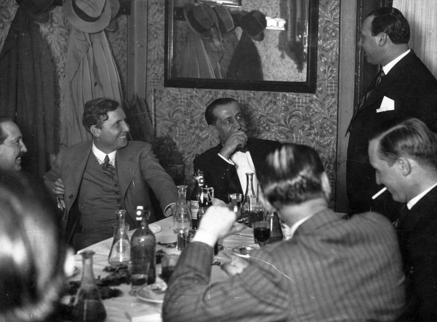 Szemben, csíkos nyakkendővel vitéz Somogyváry Gyula író (Gyula diák), a jobb szélen áll Kiss Ferenc színművész (1937) / Fotó: Fortepan.hu