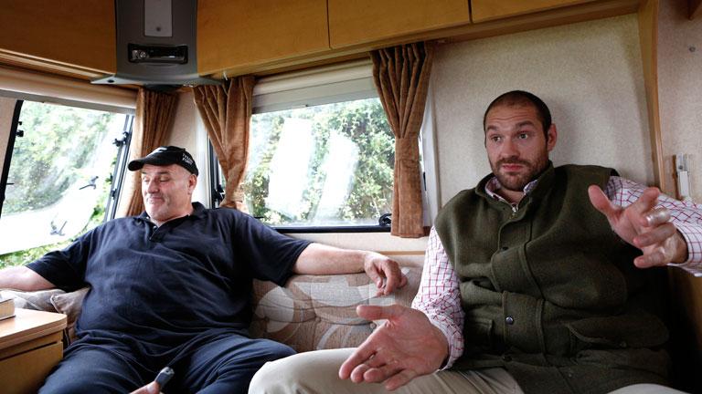 John és Tyson Fury a lakókocsiban / Fotó: Boxing News