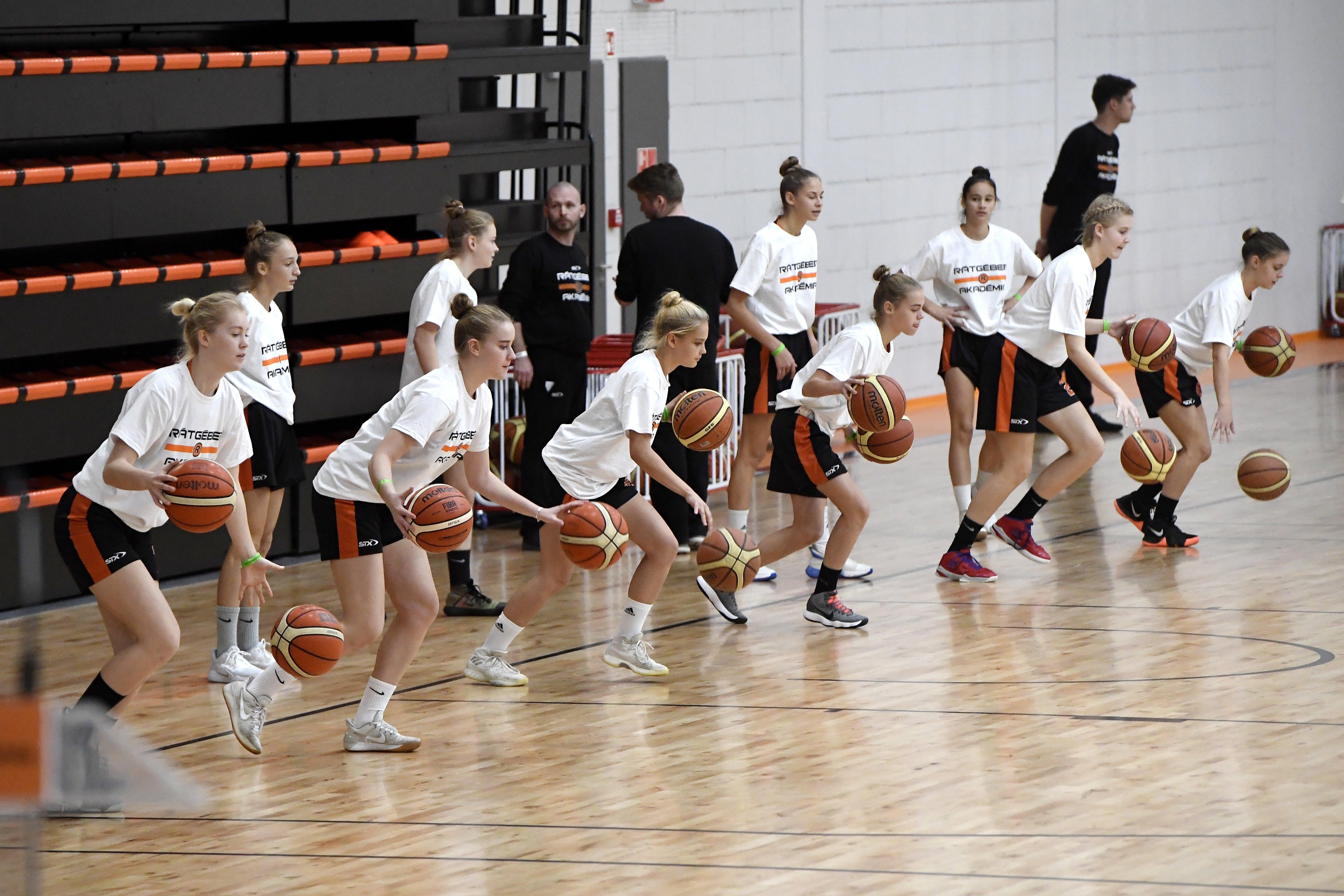 Diákok edzenek az újonnan felavatott pécsi Nemzeti Kosárlabda Akadémián /Fotó: MTI