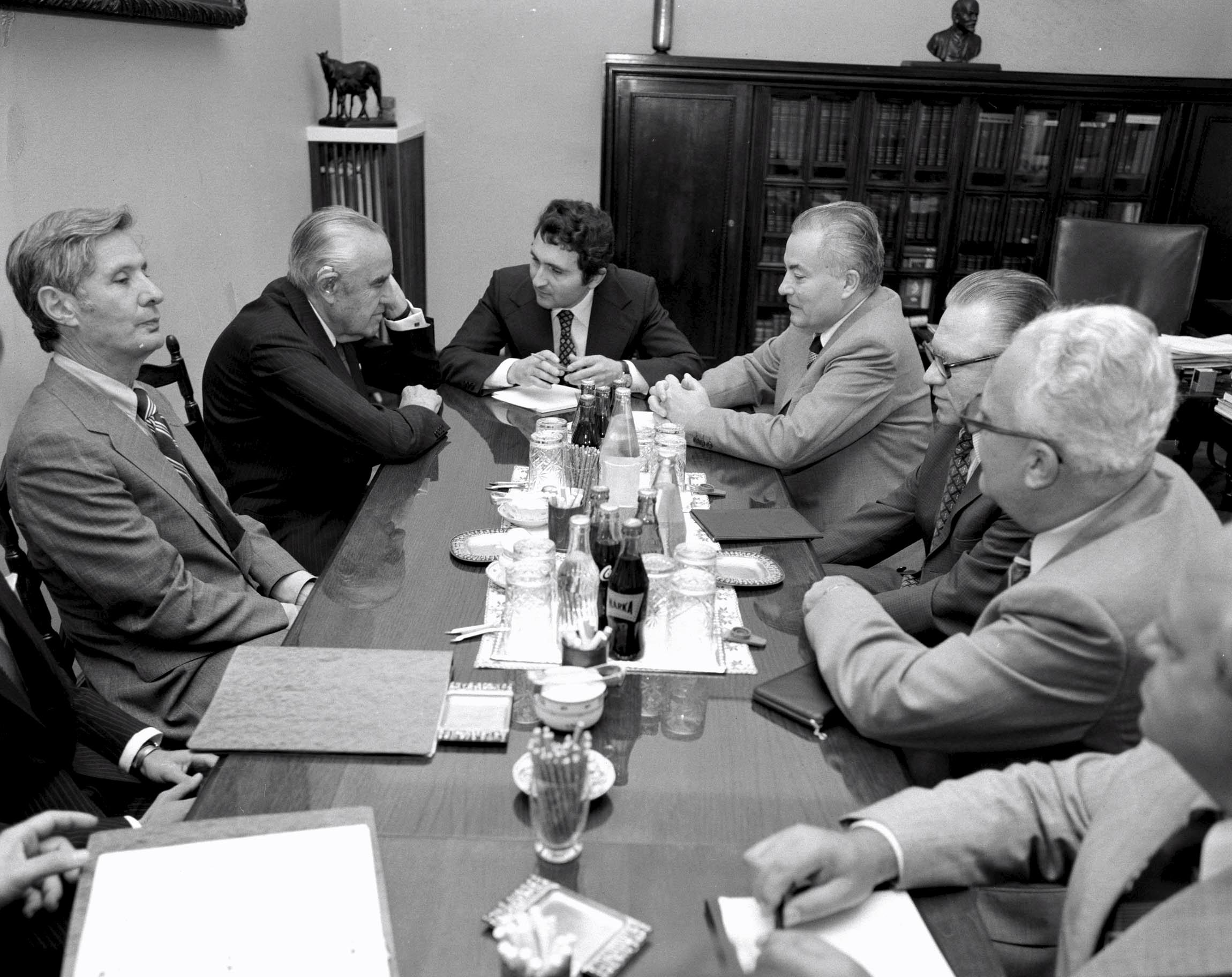 Puja Frigyes külügyminiszter (b4) megbeszéléseket folytat a meghívására hazánkban tartózkodó Averell Harrimann-nal, New York állam volt kormányzójával (b2) a Külügyminisztériumban, jobbra Esztergályos Ferenc, hazánk washingtoni nagykövete (b6), balra Philip M. Kaiser, az Amerikai Egyesült Államok budapesti nagykövete (b1) /Fotó: MTI