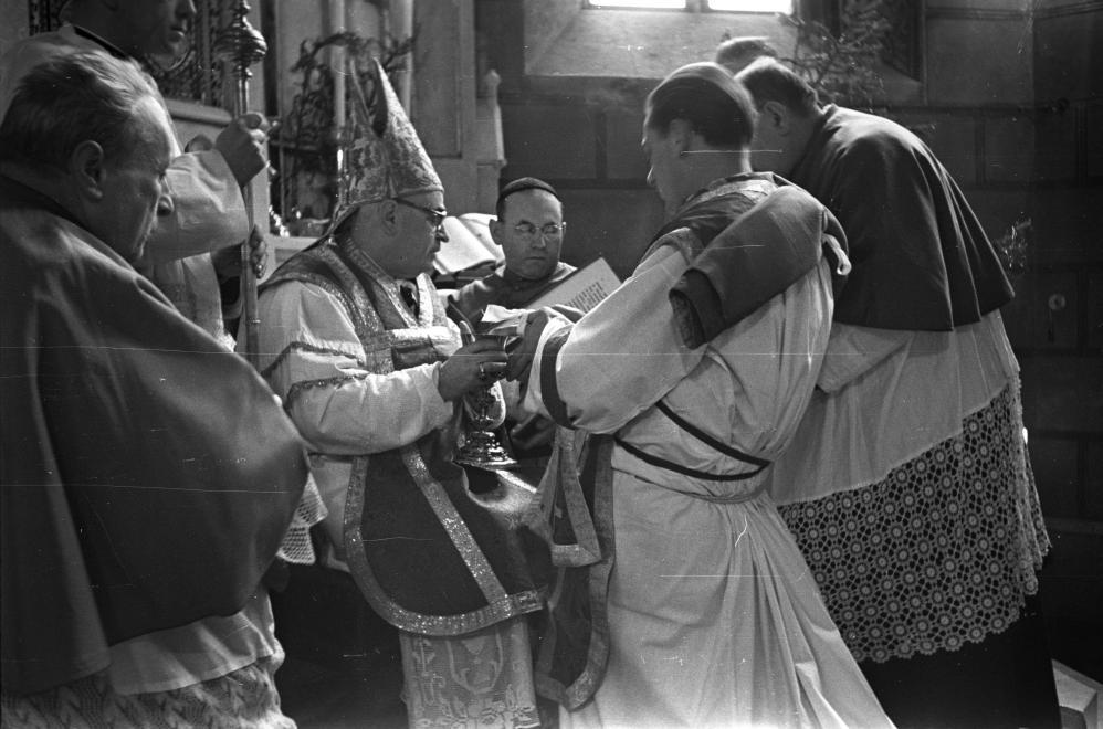 Szentháromság tér, Szent Mihály-székesegyház. Papszentelés, a szertartást Badalik Bertalan veszprémi püspök végzi (1954) / Fotó: Fortepan.hu