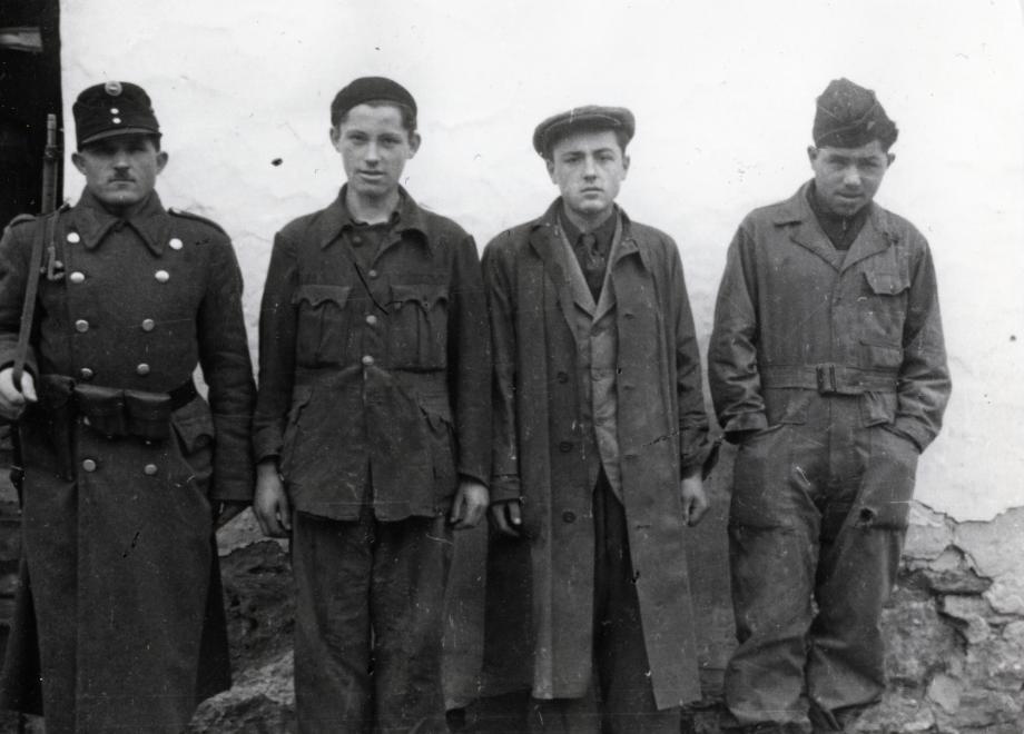 Békásmegyer, karhatalom biztosítja a svábok kitelepítését. A felvétel 1946. januárjában készült / Fotó: Fortepan.hu