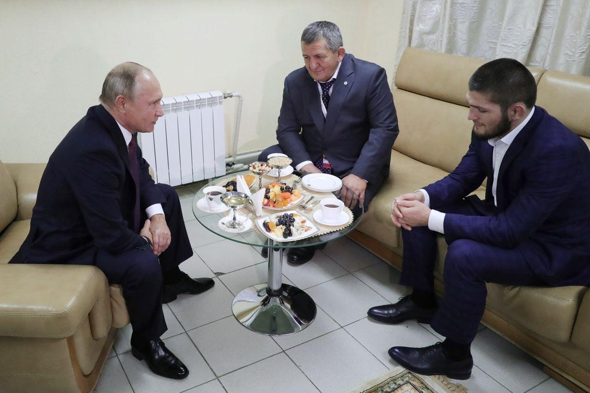 Putyin vendégül látta a küzdősportolót és édesapját / Forrás: MMAfighting.com