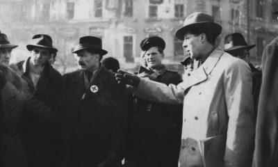 Major Ákos (j), a Népbíróságok Országos Tanácsának (NOT) elnöke áll az Oktogonon, a 401-es számú zsidó munkaszázad különösen kegyetlen hóhérai, Rotyis Péter és Szívós Sándor nyilvános kivégzésénél / Fotó: MTI
