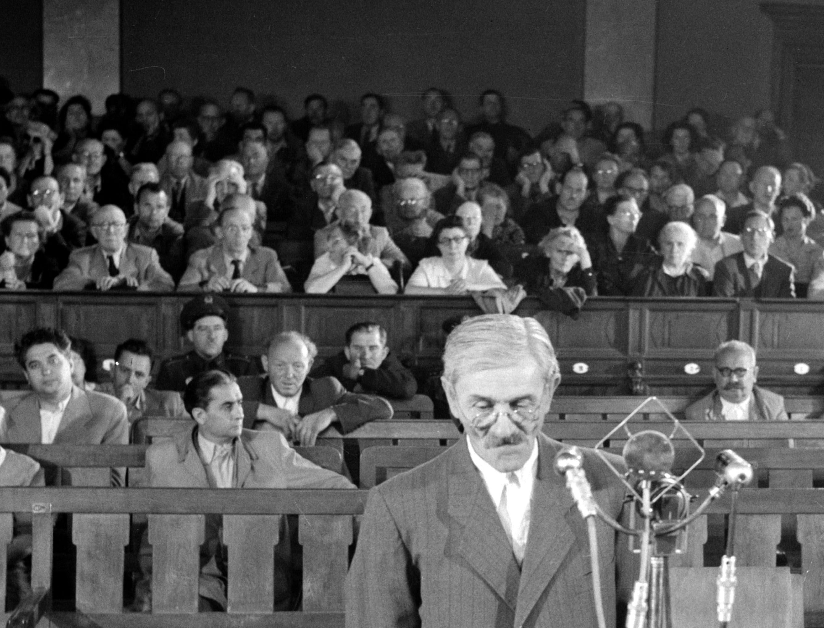 A tömeggyilkossággal vádolt, halálra ítélt, majd kivégzett Francia Kiss Mihály a bíróságon (1957) / Fotó: MTI