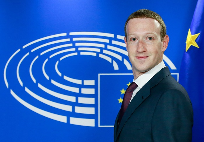 Mark Zuckerberg, a Facebook alapító-vezérigazgatója a meghallgatására érkezik az Európai Parlament brüsszeli épületében 2018. május 22-én. Az uniós testület frakcióvezetõi az ügyben hallgatták meg Zuckerberget, miként használhatott fel a Cambridge Analytica nevû brit-amerikai politikai elemzõ és tanácsadó cég több tízmillió Facebook-profilt a 2016-os amerikai elnökválasztási kampányban. (MTI/EPA/Stephanie Lecocq)