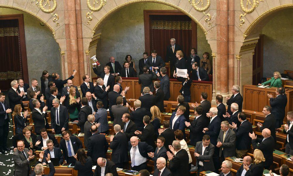 Circus Hungaricus – Megmutatta igazi arcát a magyar parlamenti ellenzék (VIDEÓ)