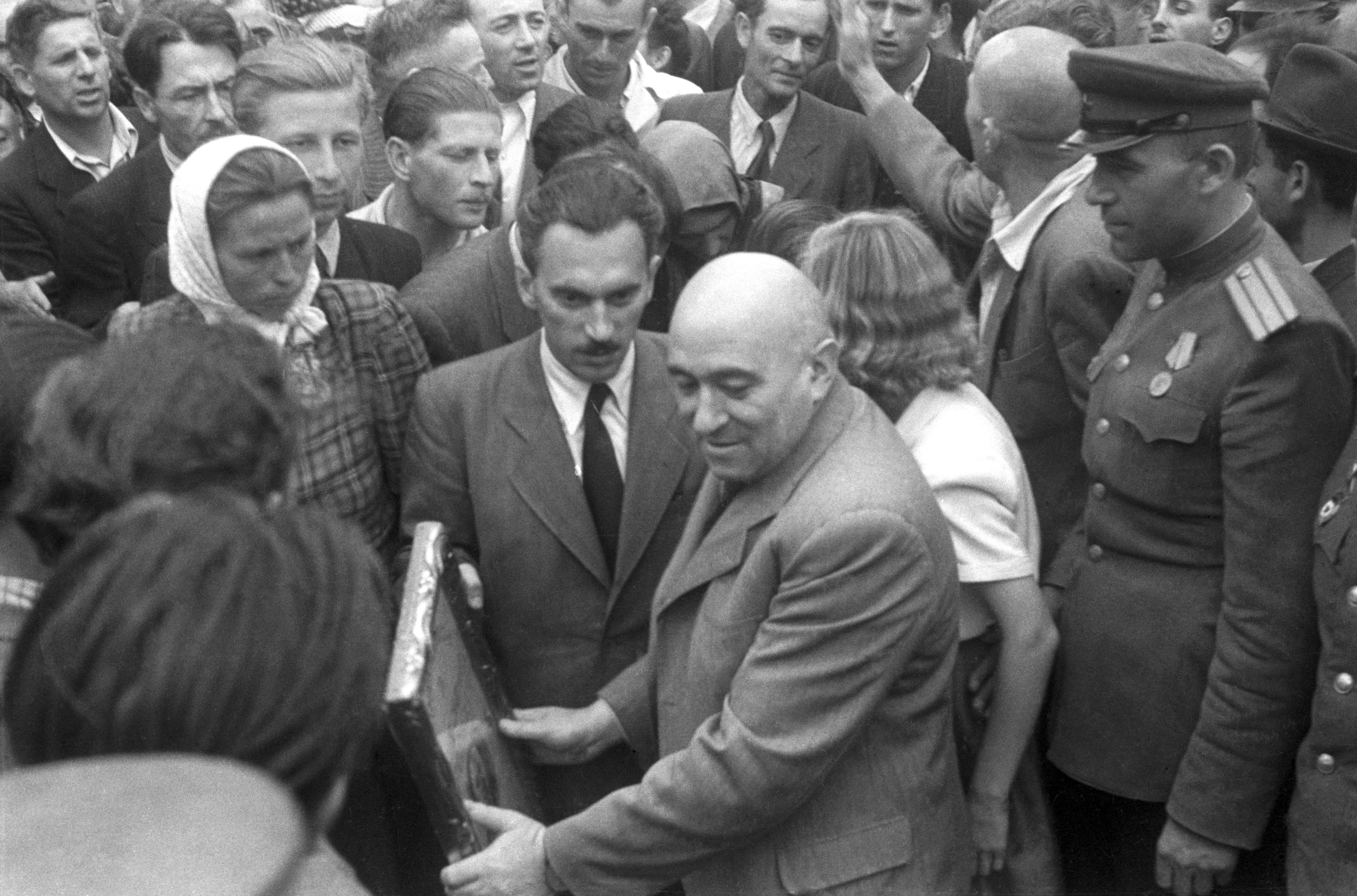 Kecskemét, 1945. Péter Gábor és Rákosi Mátyás az MKP fõtitkára érkezik a Magyar Kommunista Párt (MKP) választási gyûlésére. / MTI Fotó/MAFIRT