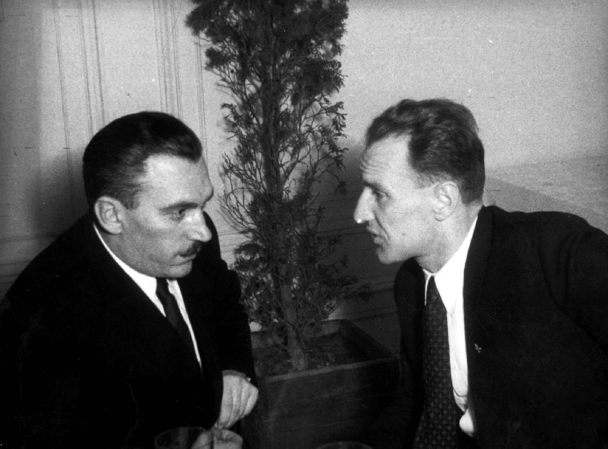 Nekem a PRO (és a Bástya), neked a Vasas. Péter Gábor és Kádár János 1948-ban / Fotó: MTI